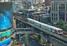 Kolejka naziemna BTS Skytrain w Bangkoku.