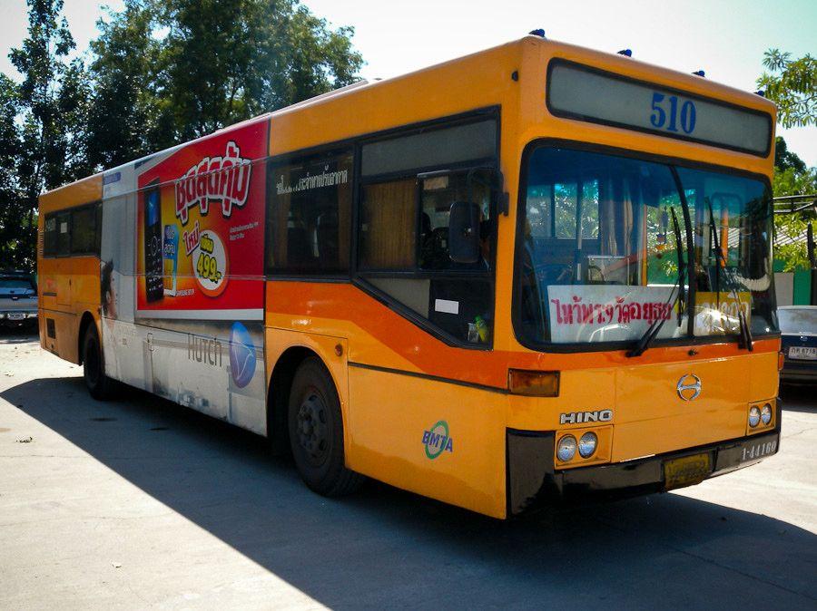 Pomarańczowy-kremowy autobus.