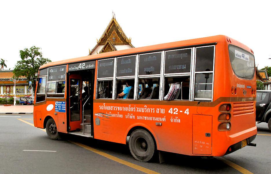 Pomarańczowy autobus.