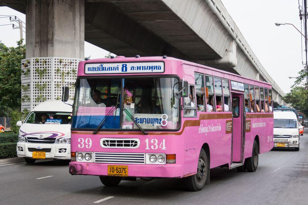 Różowy autobus.
