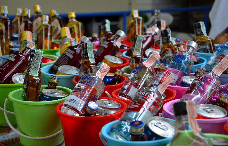 Drinki podawane są w wiaderkach z lodem.
