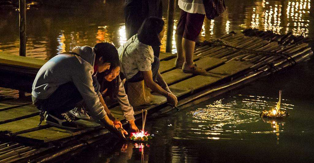 Puszczanie Kratong na wodzie symbolizuje min. odejście problemów.