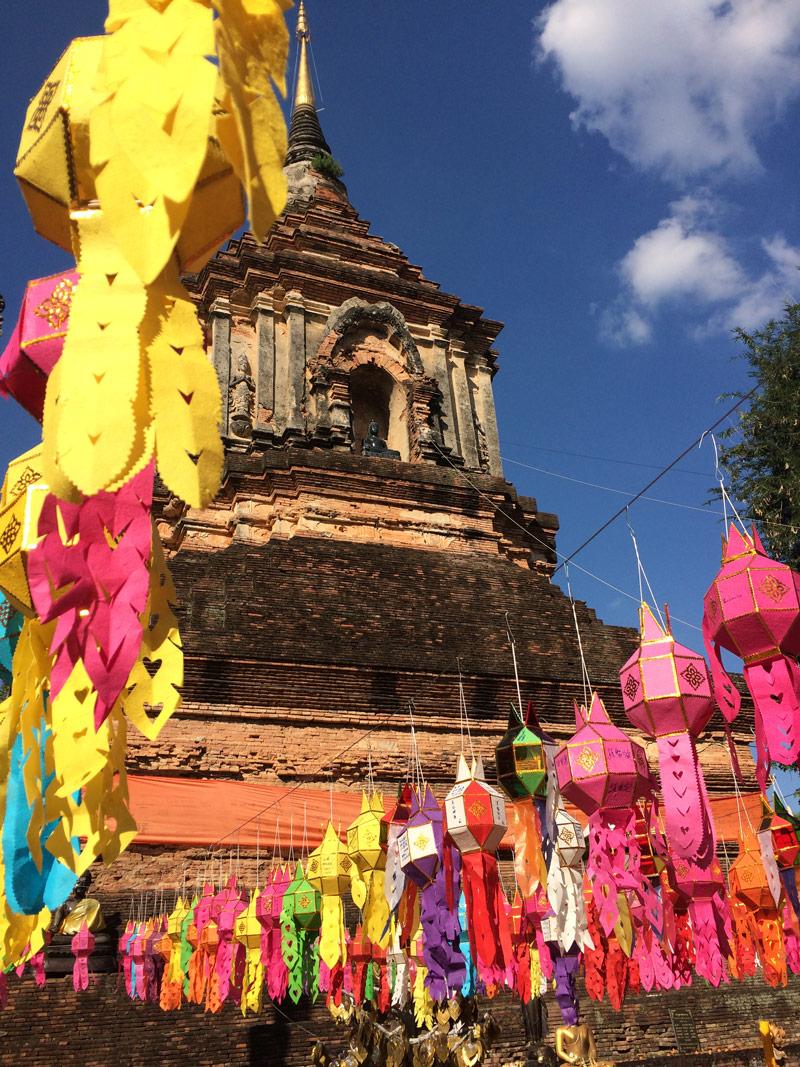 Rozwieszane lampiony w świątyniach podczas święta Yee Peng.