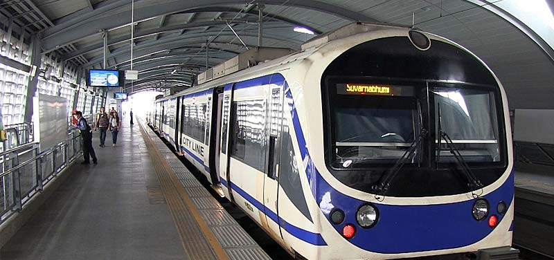 Szybki pociąg na lotnisko Suvarnabhumi w Bangkoku.