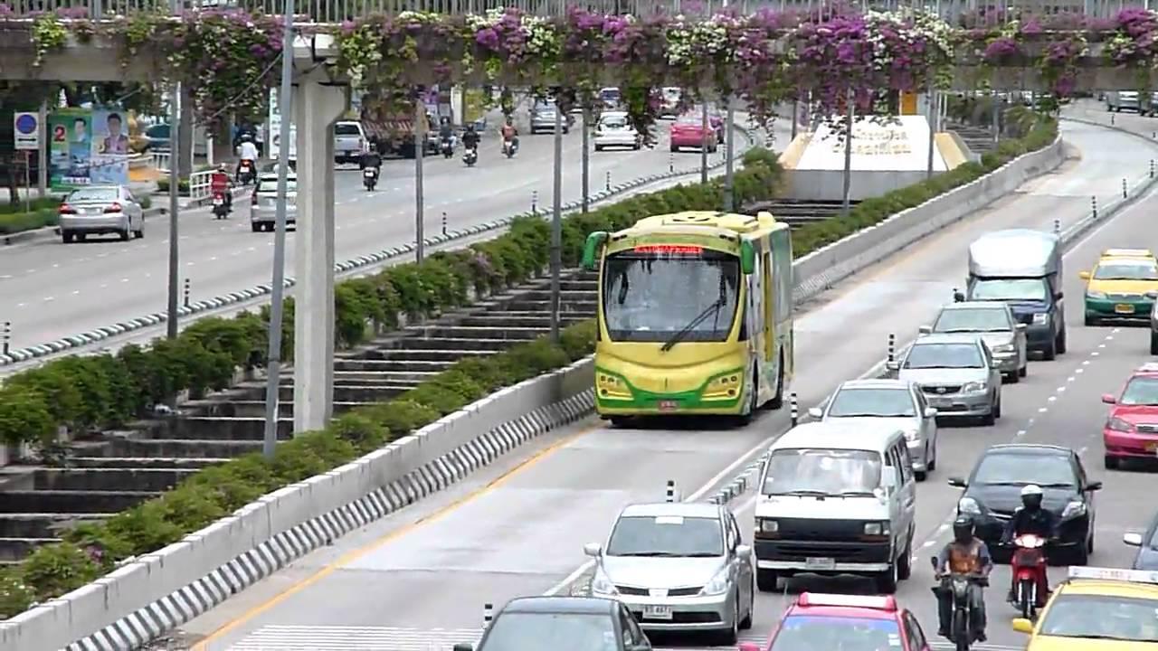 Autobus BRT ma wydzielony pas.