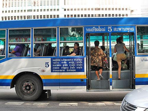 Niebieski autobus.