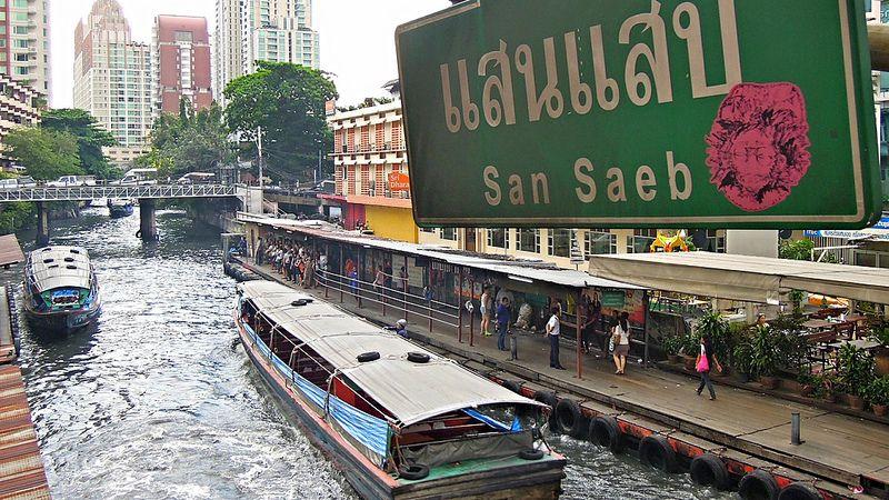 Łódź po kanałach Bangkoku nie jest najwygodniejszą opcją