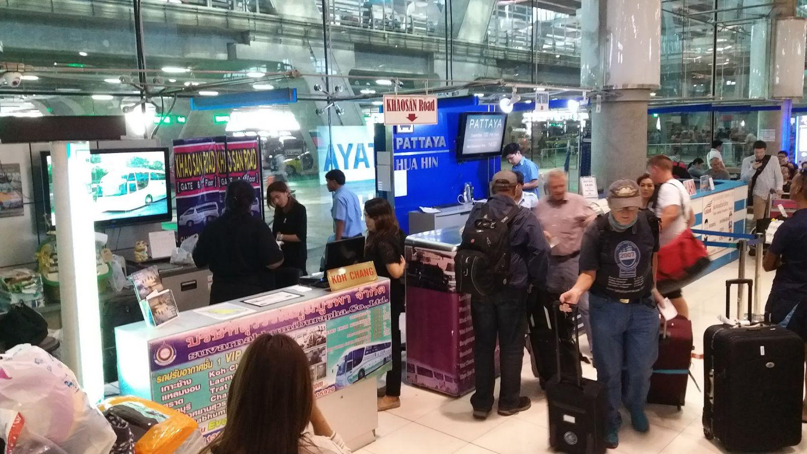 Gate 8 przy którym kupimy bilety na autobus do Khao San, oraz do innych destynacji.