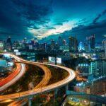 Panorama Bangkoku nocą z Baiyoke Sky w tle
