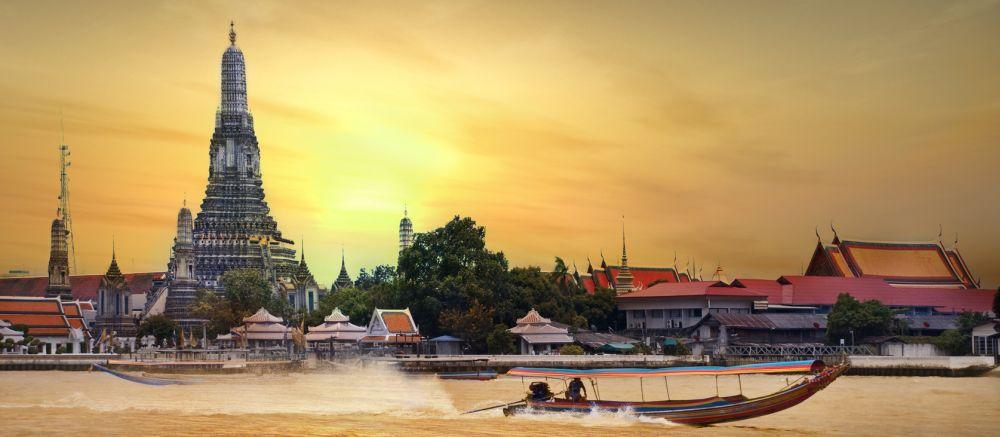 Łódź długorufowa, przepływa obok Wat Arun aby dostać się do kanałów Thonburi
