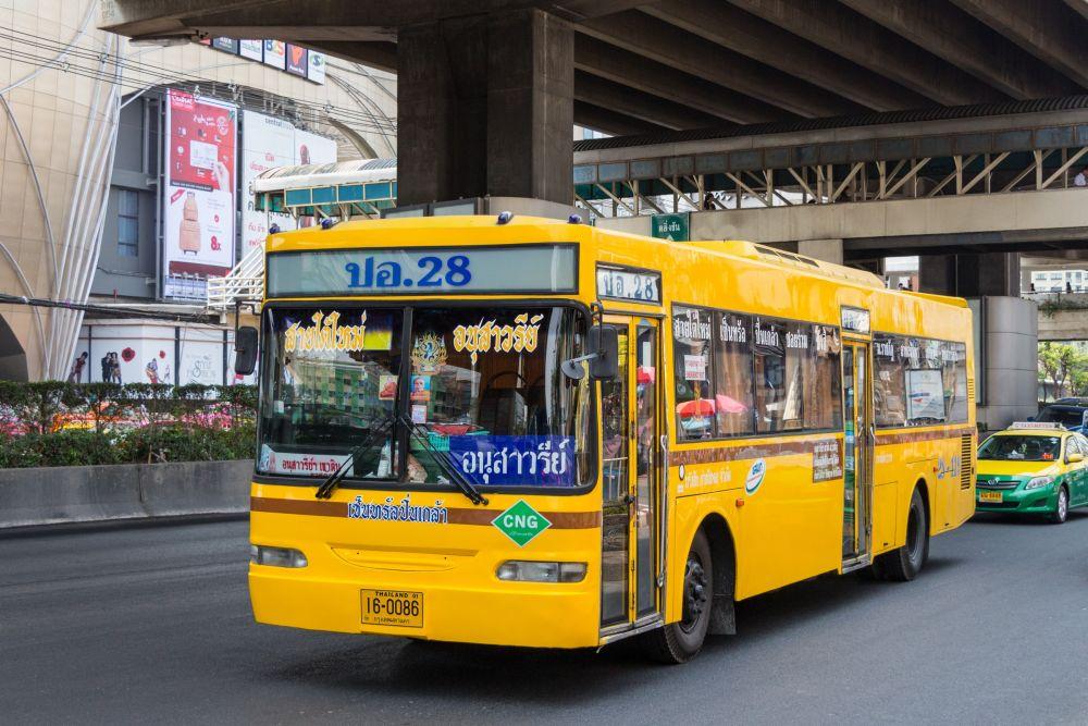 Żółty autobus.