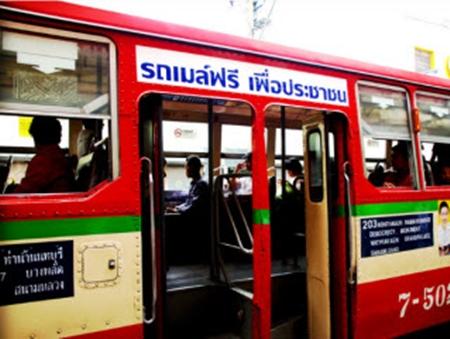 Darmowy czerwony autobus z napisem nad drzwiami.
