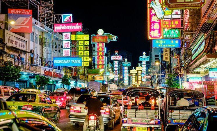 Liczne neony rozświetlają China Town w Bangkoku.
