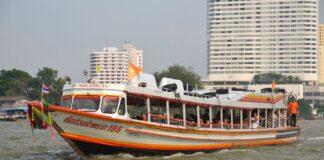 Lokalna łódź kursująca po rzecze Chao Praya w Bangkoku.