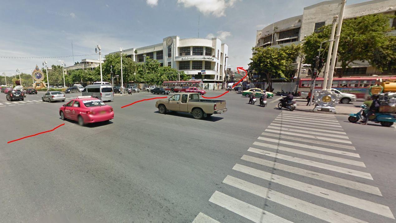 Droga na Khao San z ulicy Ratchadamnoen