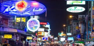 Khao San w nocy tętni życiem
