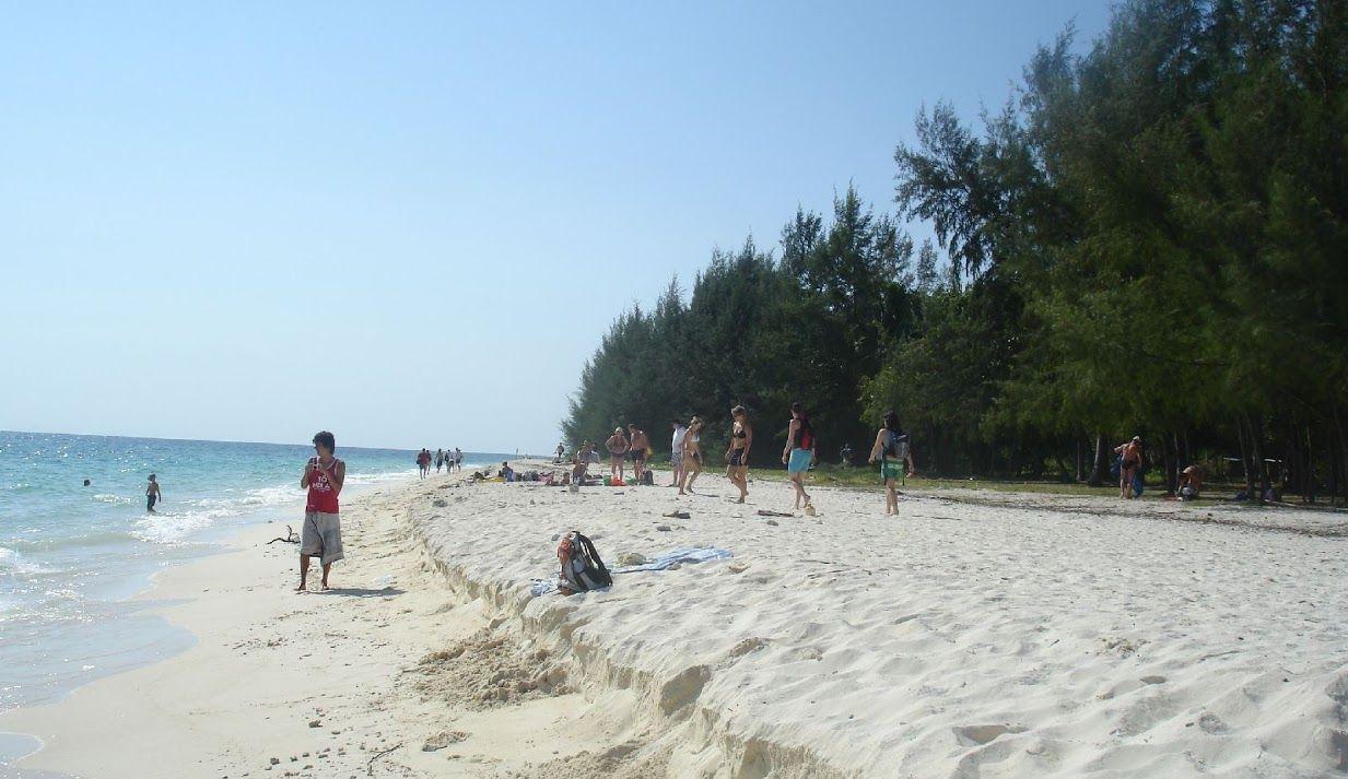 Idealnie biały piasek na wyspie Koh Bamboo, Krabi.