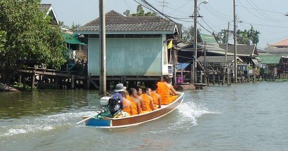 Transport łodzią na Koh Kret