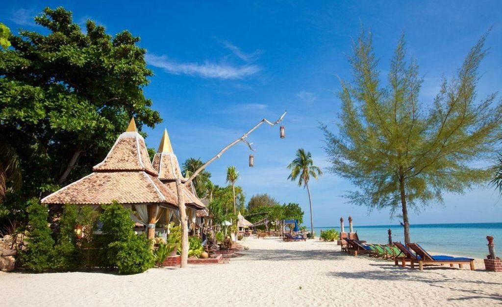 Plaża przy Malay Beach Resort, wsypa Koh Ngai, Krabi.