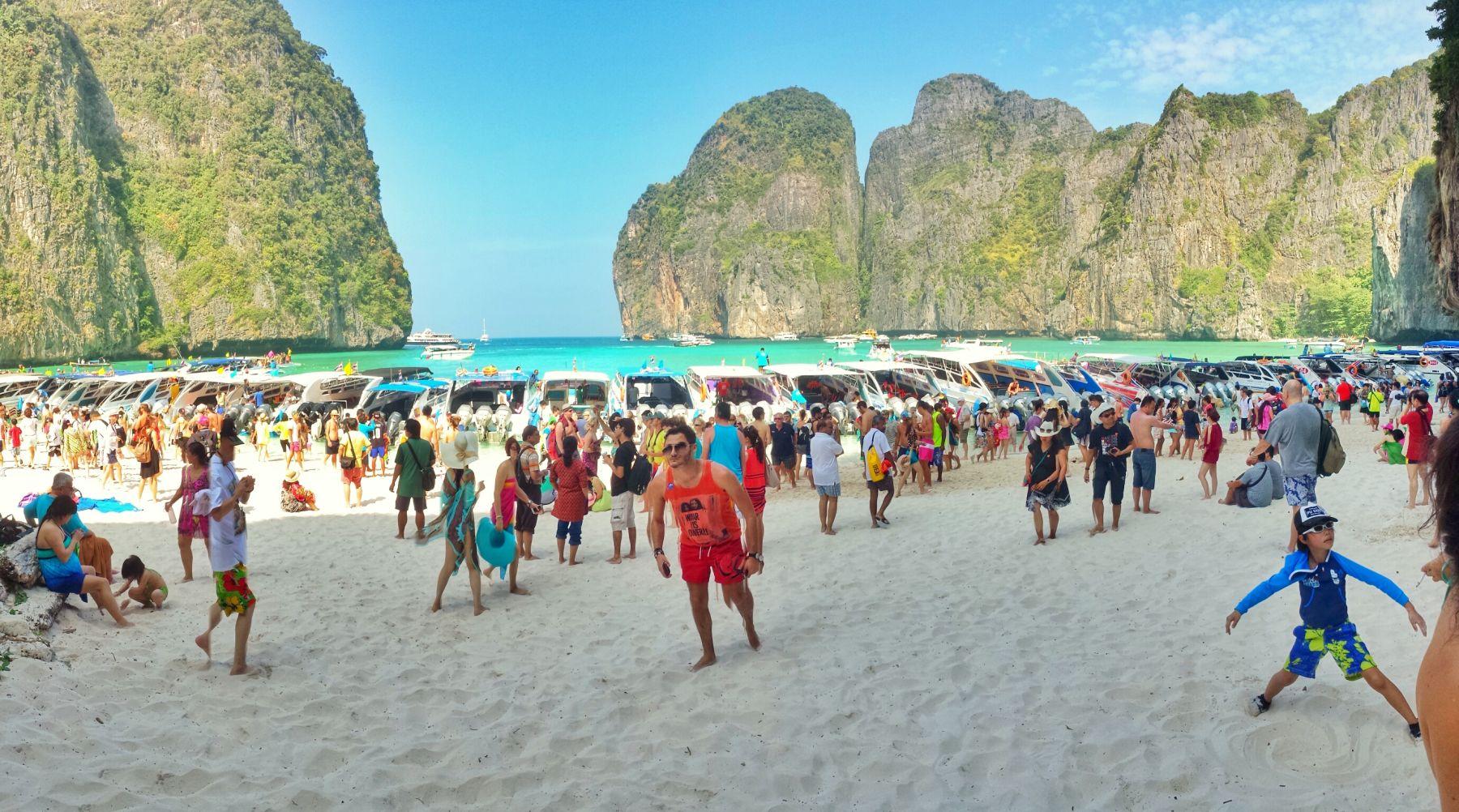 Rzeczywistość na Maya Bay, plaża przeładowana turystami.