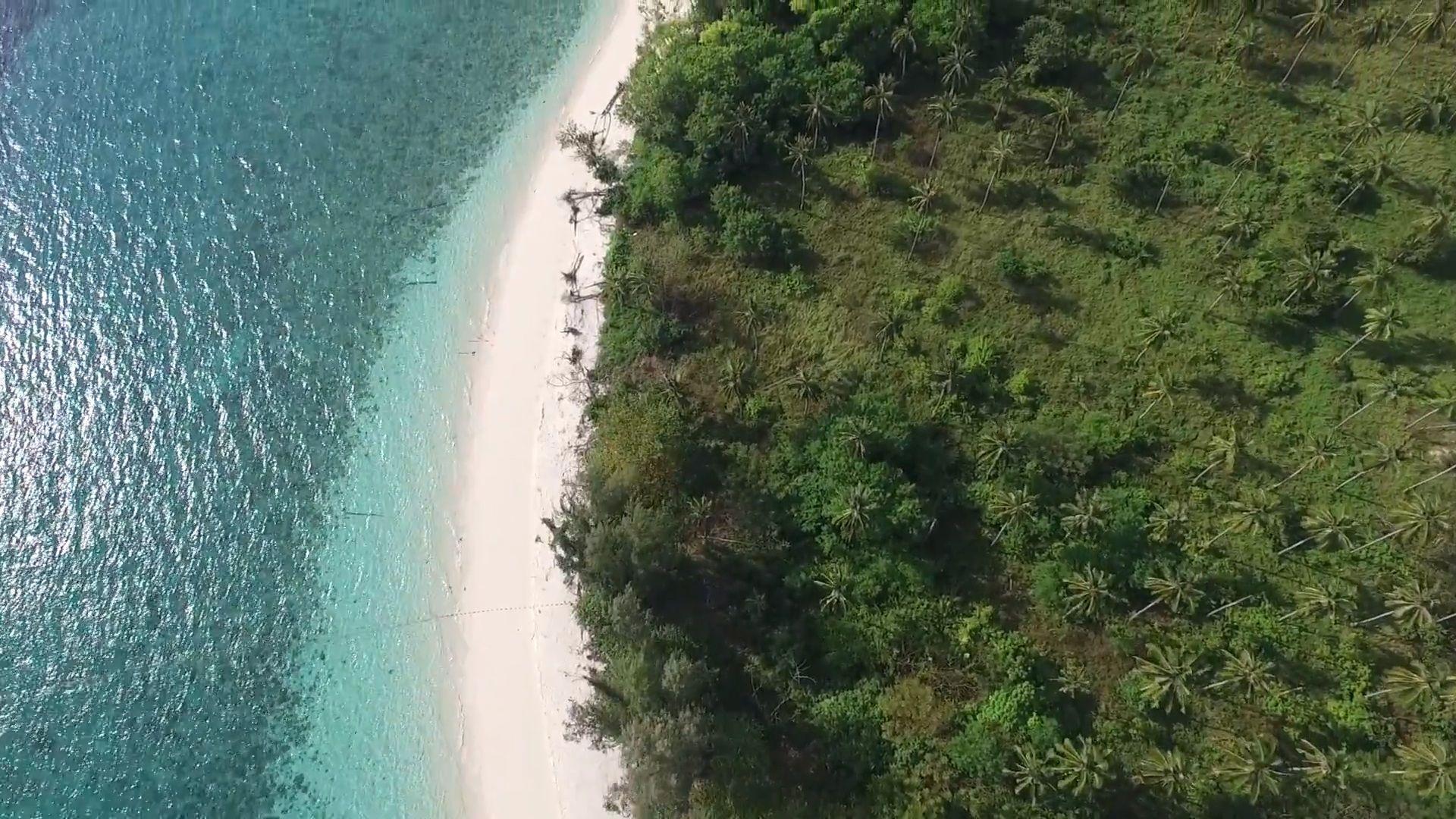 Idealny pas białego piasku na wyspie Koh Poda, Krabi.