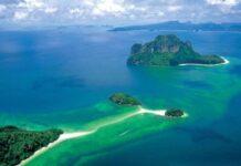 Wyspy Krabi: Po środku Koh Tup oraz Koh Mor połączone wąskim pasem odbijającym do Chicken Island, w oddali wyspa Koh Poda.
