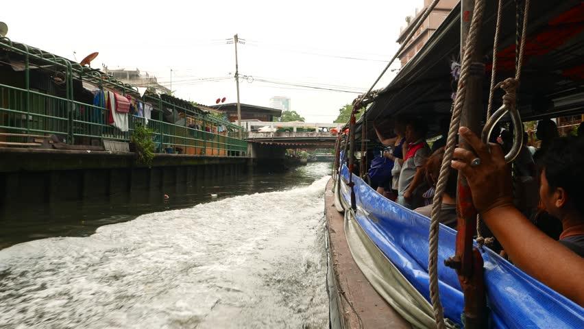 Za pomocą lin sami pasażerowie trzymają zasłony aby nie być ochlapanym brudną wodą z kanału.