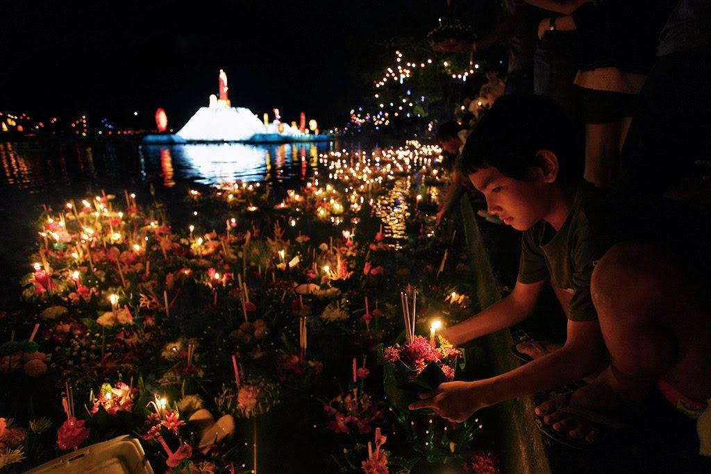 Tradycyjne podczas Loy Krathong zapala się świeczkę, która się puszcza razem z łódeczką na wodzie.