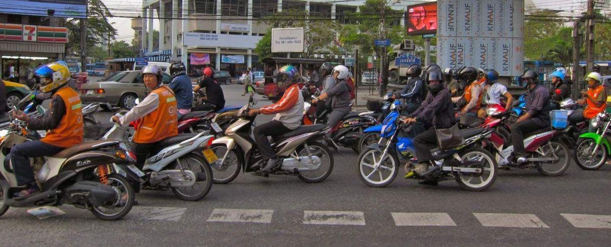 Najszybsza opcja transportu w Bangkoku to taksówki motorowe.