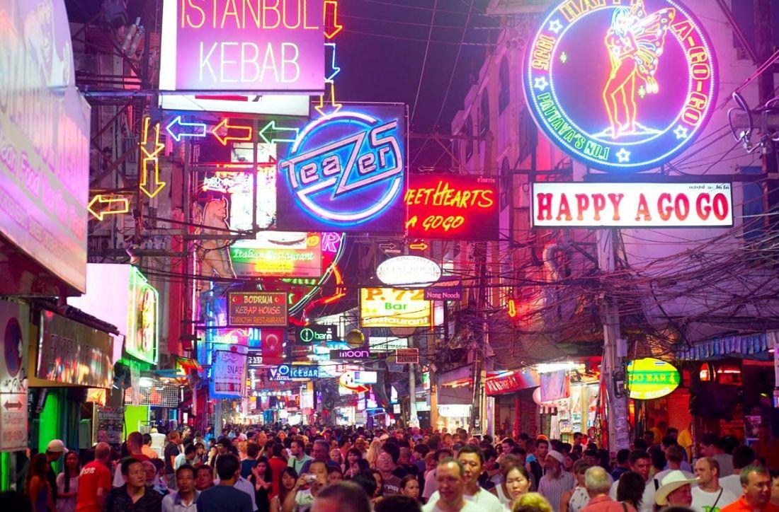 Walking Street w Pattaya. Słynna dzielnica rozrywki.