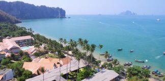 Plaża Ao Nang, Krabi. Główne miejsce wypadowe na pobliskie wyspy.