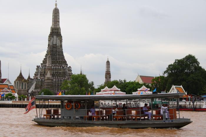 Prom łączący Tha Tien niedaleko Wat Pho z Wat Arun.