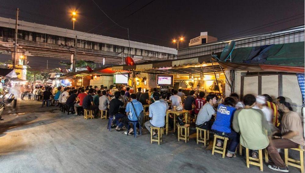 Liczne lokalne bary i restauracje na Ramkhamhaeng.