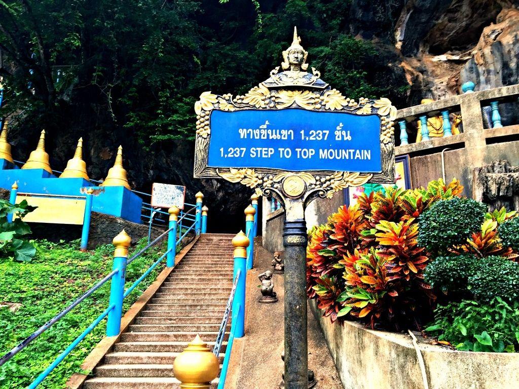 Aby wejść na sam szczyt Świątyni Jaskini Tygrysa (Wat Tham Suea), trzeba pokonać 1237 stopni.