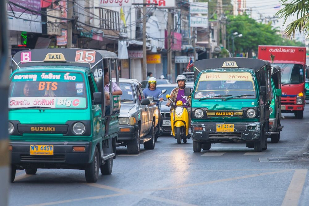 Soi Bus w Bangkoku zwane Rot Krapong, samochody puszki.