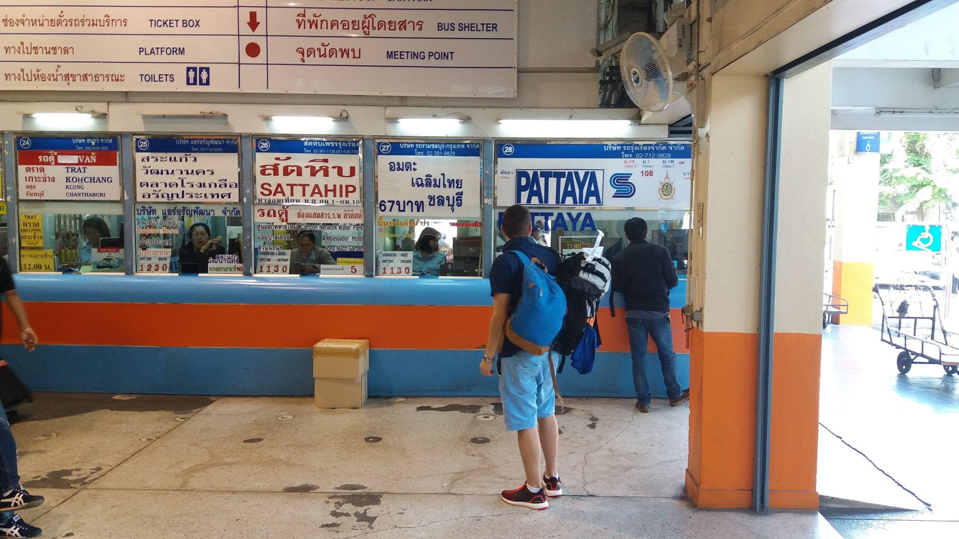 Kasa biletowa na dworcu Ekkamai w Bangkoku.