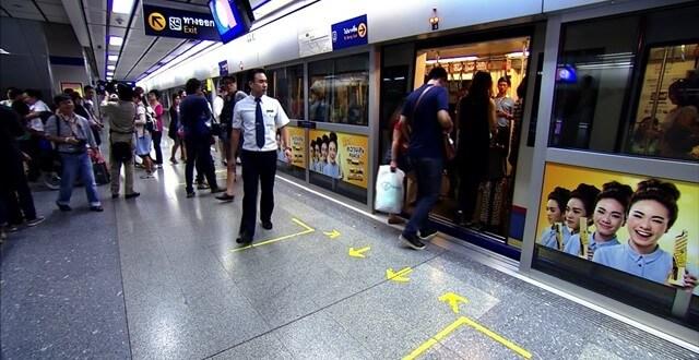 Peron MRT, żółte strzałki wskazują miejsce ustawiania się kolejki.