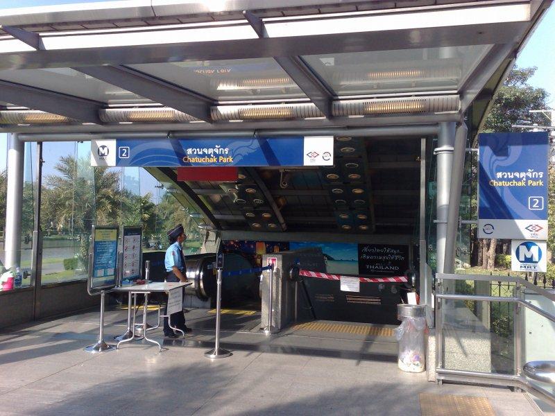 Wejście do stacji MRT w Bangkoku.