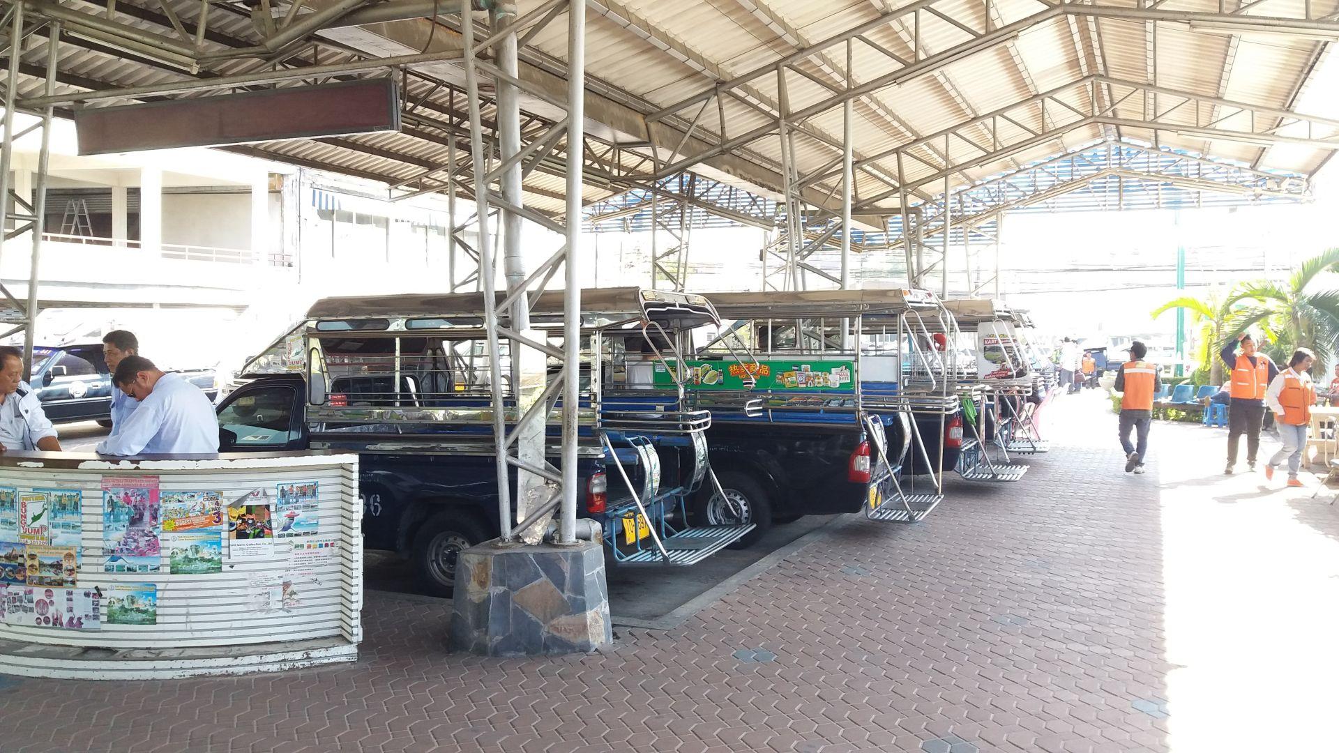 Songthew na dworcu autobusowym w Pattaya.