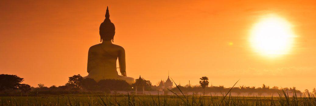 Posąg wielkiego Buddy w prowincji Ang Thong.