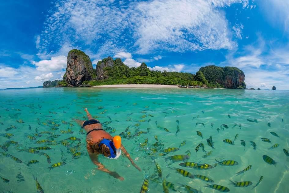 Snorkeling na jednej z wysp Tajlandii.
