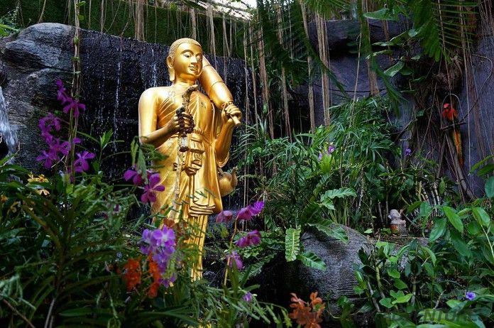 Stojący Budda Złota Góra Wat Saket